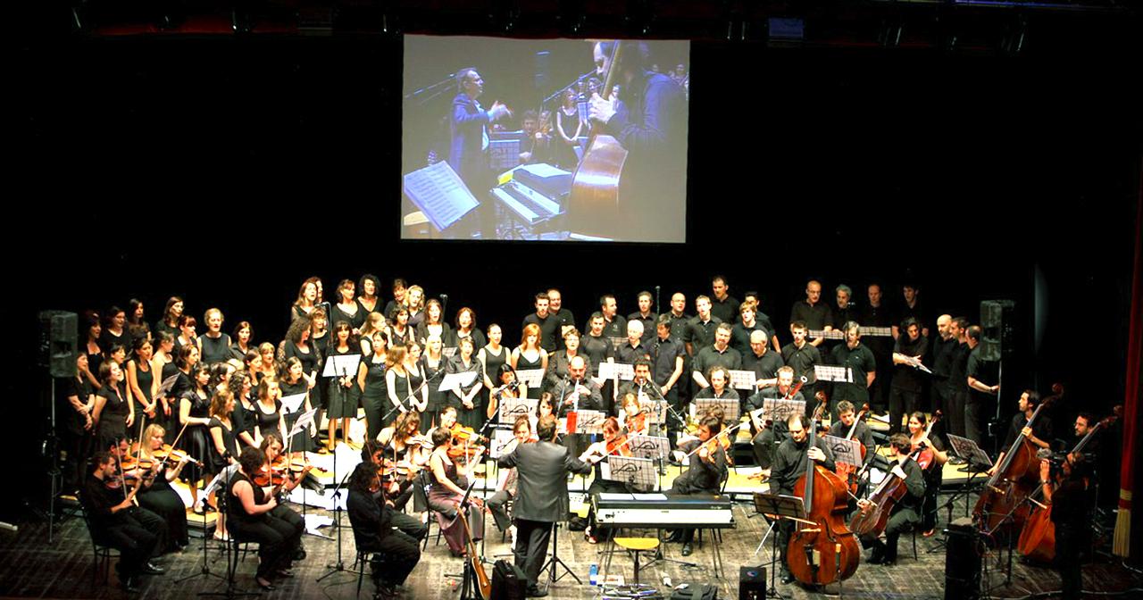 Andrea Benzoni dirige orchestra che esegue i suoi brani